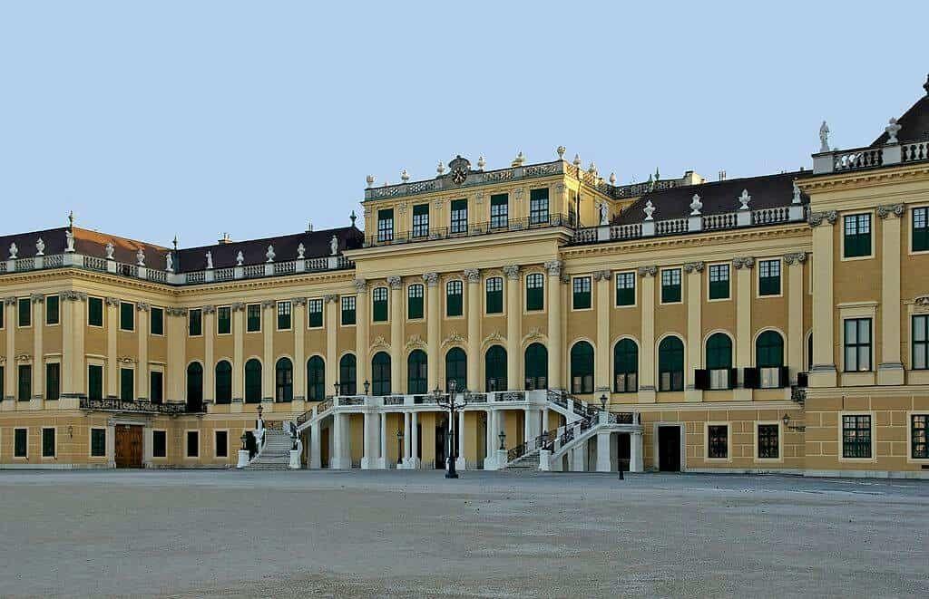 1024px-Façade_nord_château_Schönbrunn_Vienna (1)