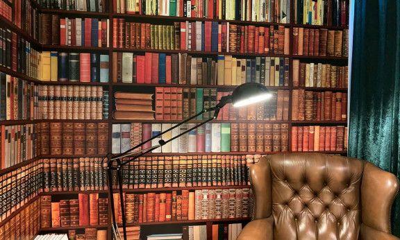 Bücher über Wien, Sessel mit Dekowand