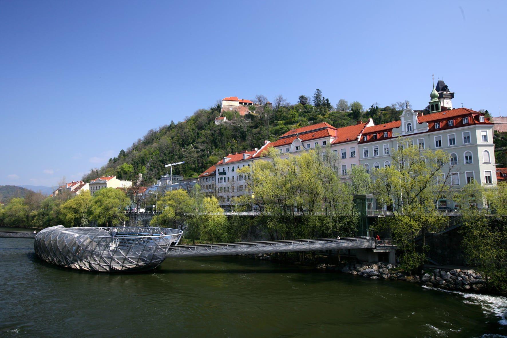 Die Murinsel vor dem Schlossberg (c) Harry Schiffer | Graz Tourismus