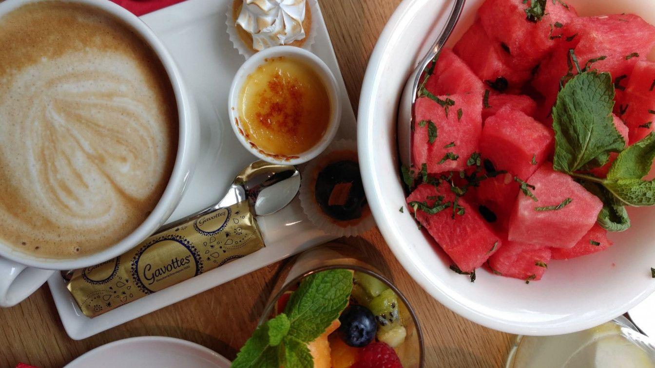 Kaffee trinken und Obst