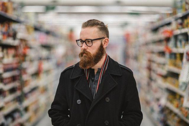Hipster im Supermarkt