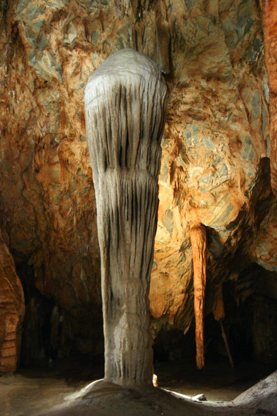 Denkmalstein in der Tropfsteinhöhle