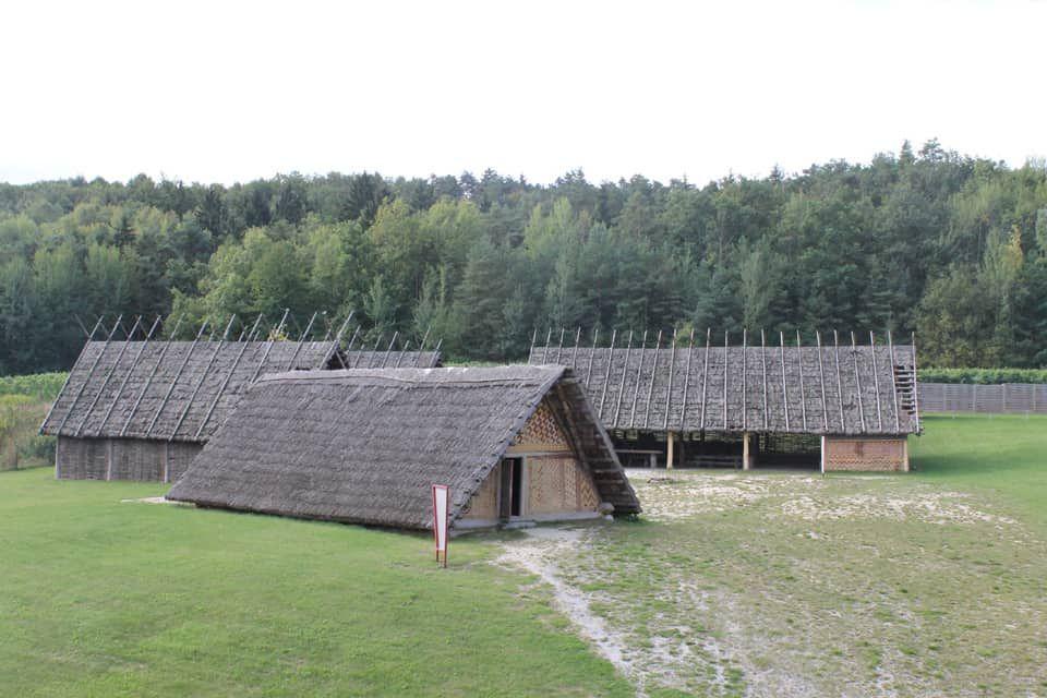 Das Steinzeitdorf am Heldenberg (c) Josef Stefan