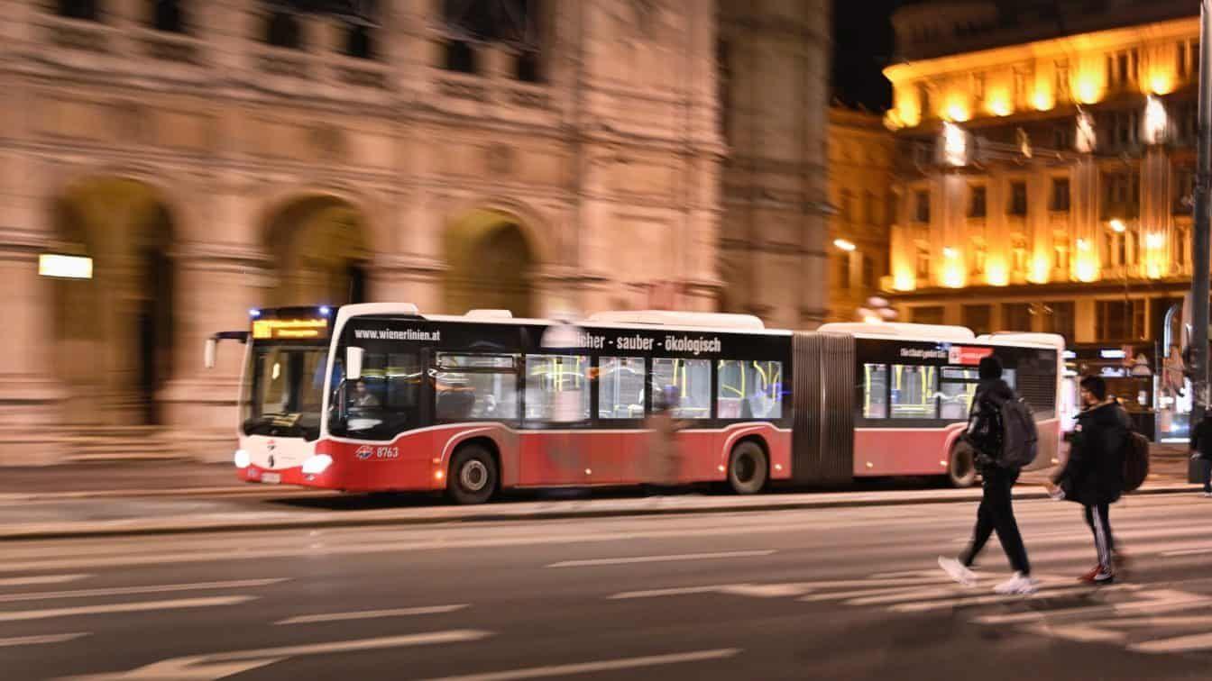 Nachtbus der Wiener Linien bei der Oper  (c) Wiener Linien