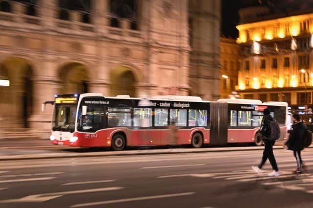 Nachtbus der Wiener Linien bei der Oper |(c) Wiener Linien