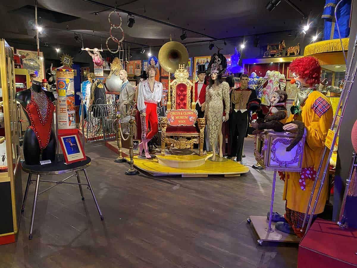 Entdeckt Skurrilitäten und Schätze im Circus- & Clownmuseum, Sponsored (c) Alice Bogni | 1000things