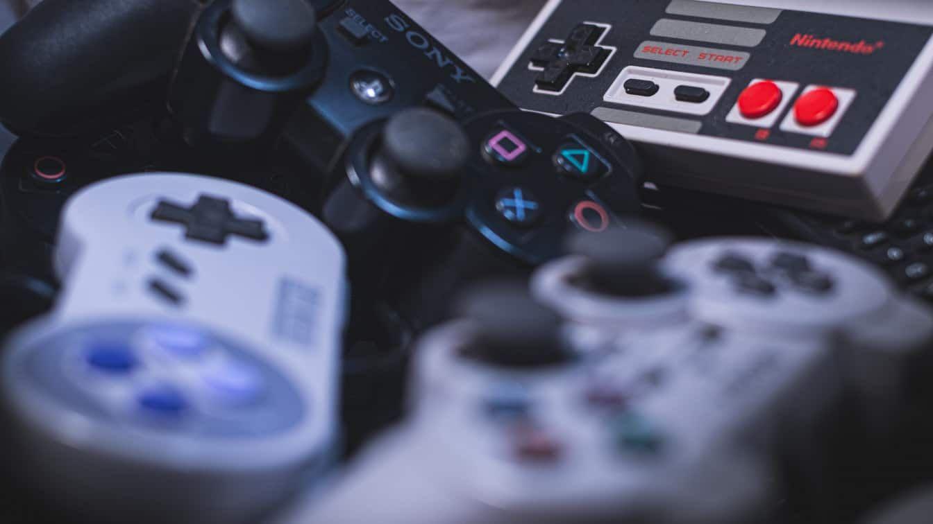 Euren liebsten Spieleklassiker aus der Kindheit könnt ihr jetzt auch auf dem Handy spielen. (c) Unsplash | Enrique Guzmán Eras