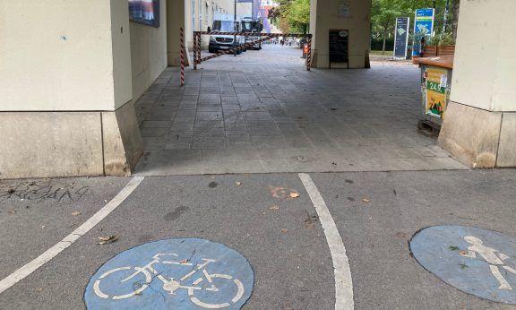 Ein Schranken versperrt den Radweg bei der Einfahrt zum Alten AKH (c) Alissa Hacker | 1000things