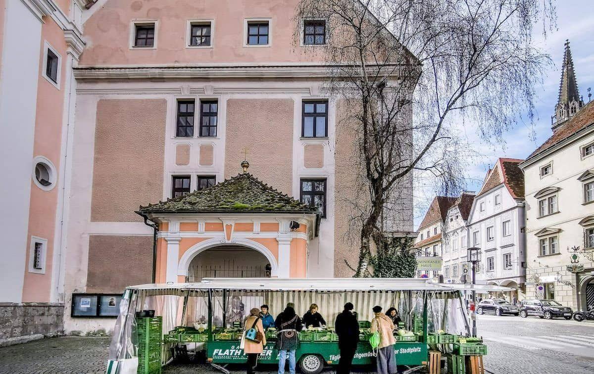 Gemüsestand Flath vor der Marienkirche beim Wochenmarkt in Steyr (c) Hannes Ecker