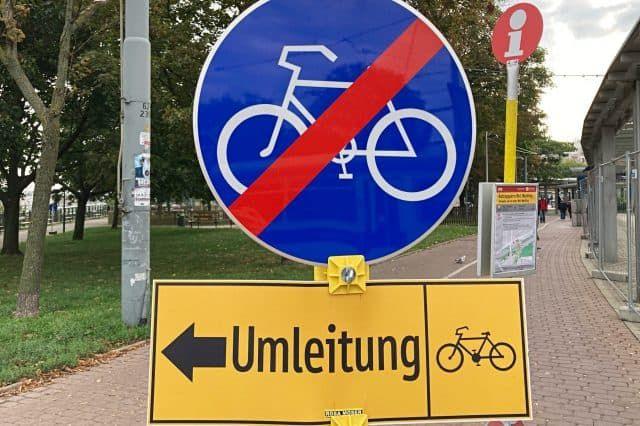 Straßenschild Radweg Ende und Umleitung (c) Alissa Hacker | 1000things