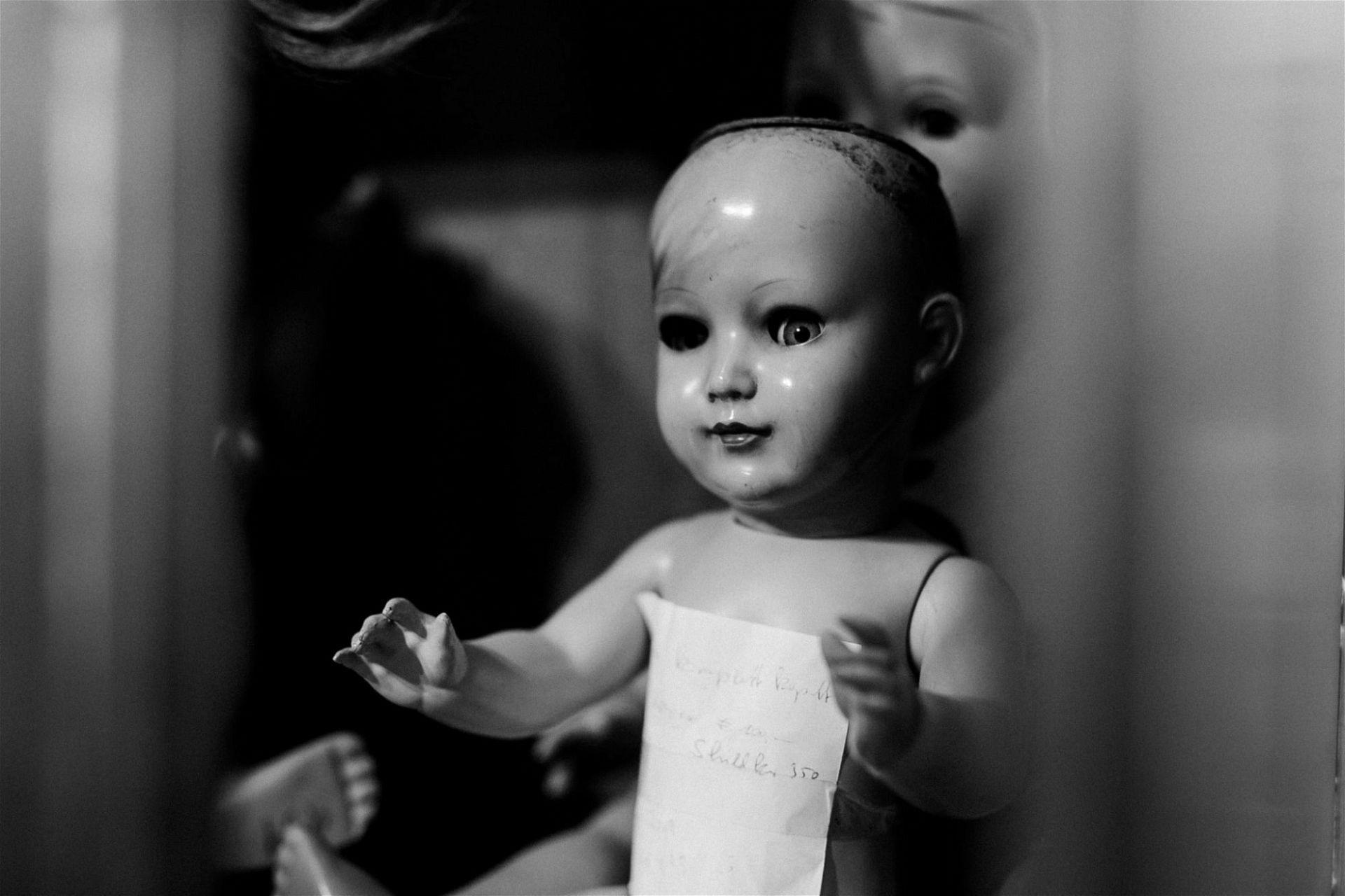 Puppenklinik Wien: Puppe mit kaputtem Auge