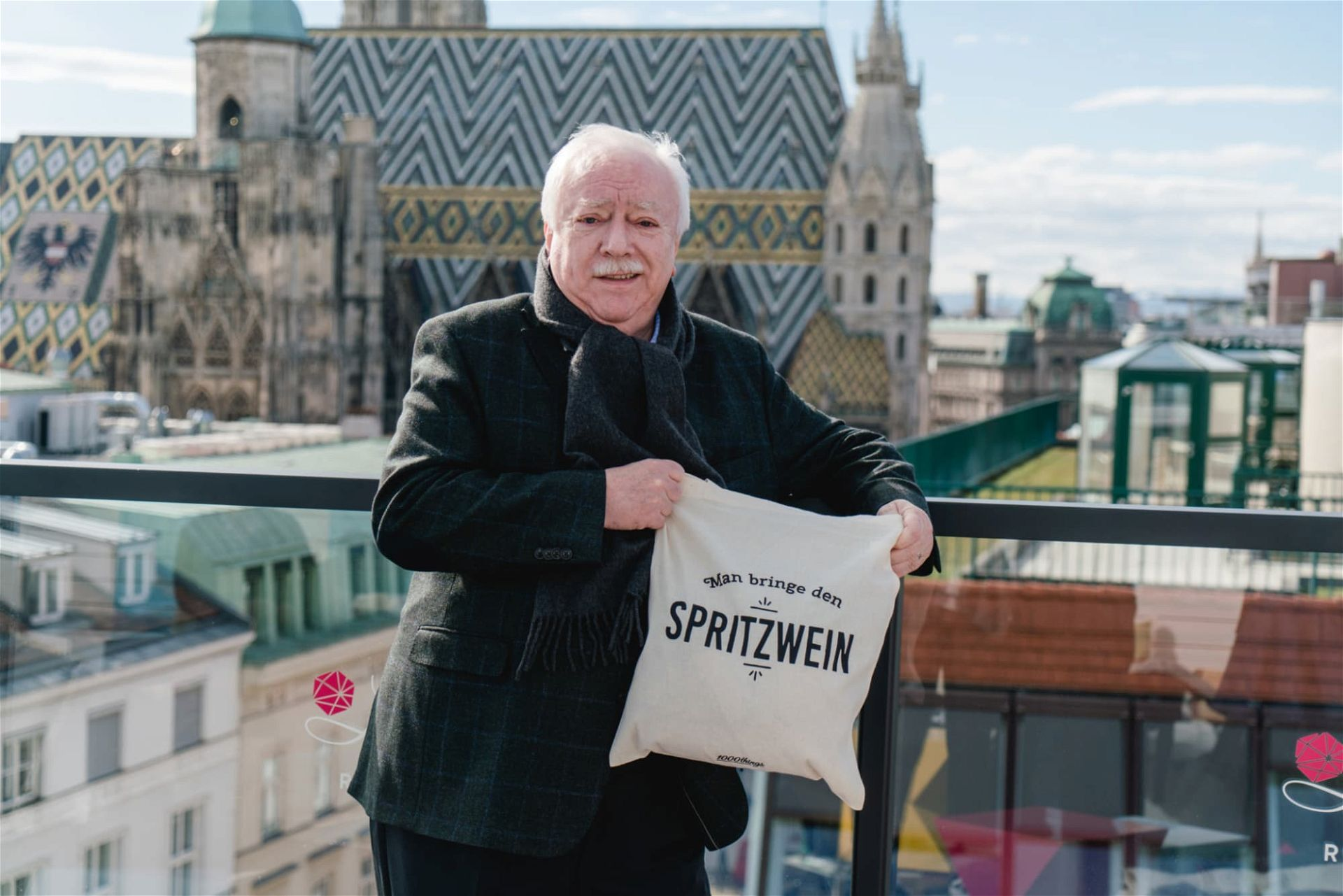 Michael Häupl mit Spritzwein-Tasche