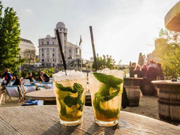 Cocktails auf einem Tisch