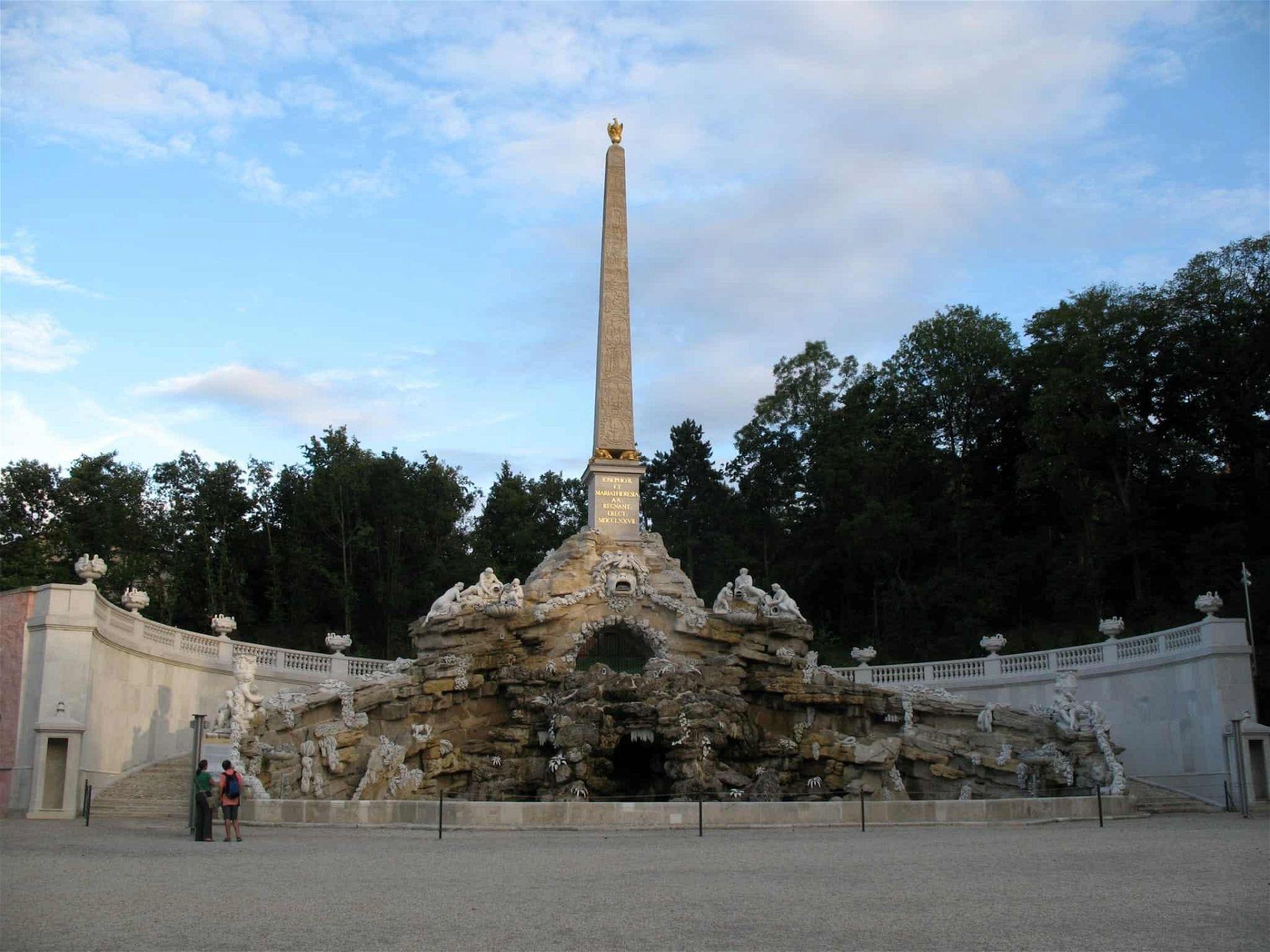IMG_0286_-_Wien_-_Schloss_Schönbrunn_-_Obelisk