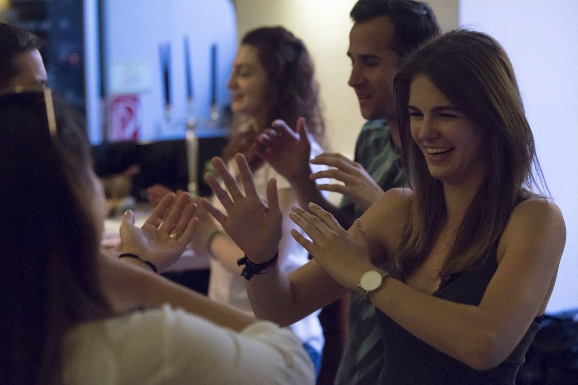 Die Bewegungen einer anderen Person zu spiegeln, war eines der Spiele beim Silent-Dating. - (c) Slow Dating Events