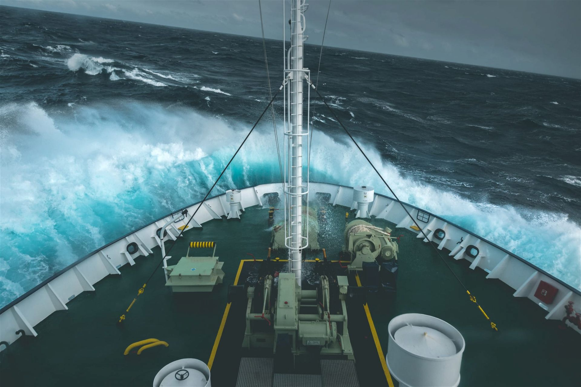 Expeditionsschiff in stürmischer Drake Passage