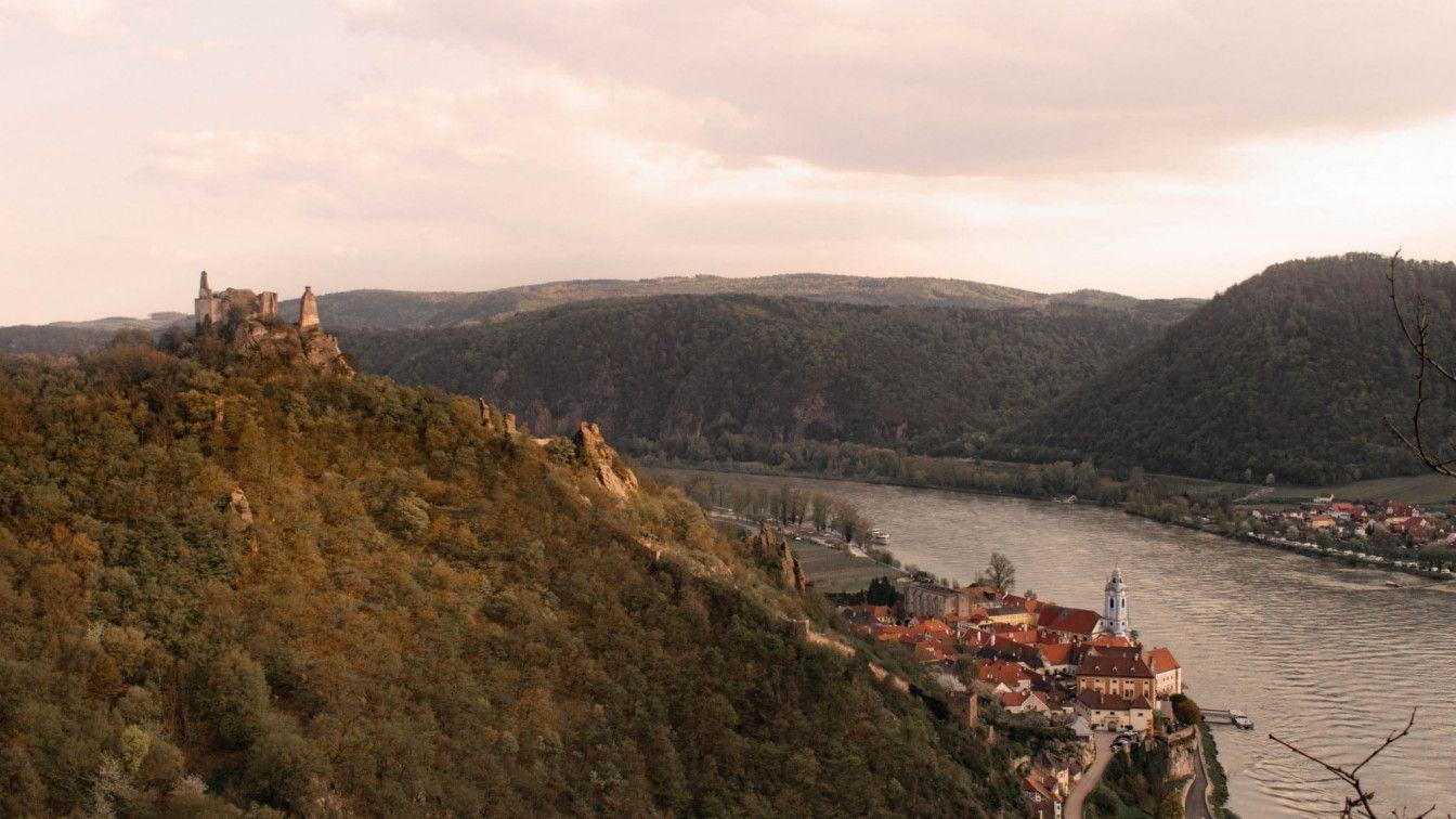 Aussicht von der 'Nase' auf Dürnstein und die Burgruine Dürnstein - (c) 1000things.at, Katharina Tesch