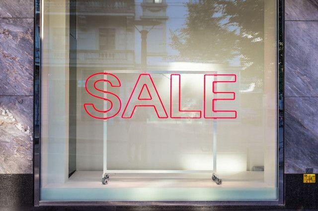 Auslage mit Sale-Schriftzug