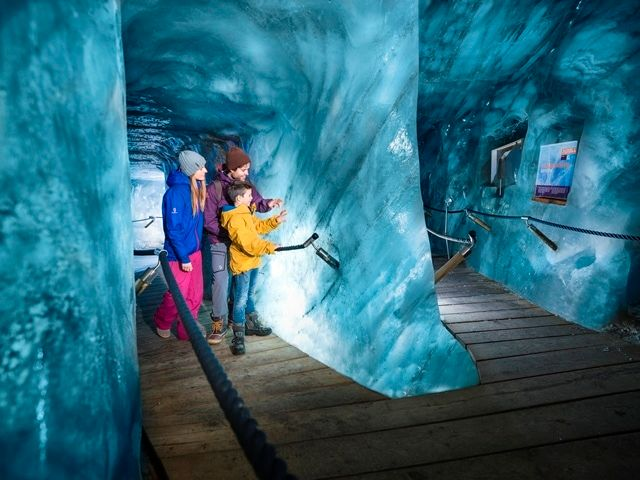 eishoehle im stubaier gletscher