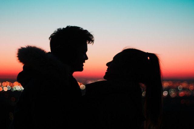 Silhouette von Paar vor Sonnenuntergang