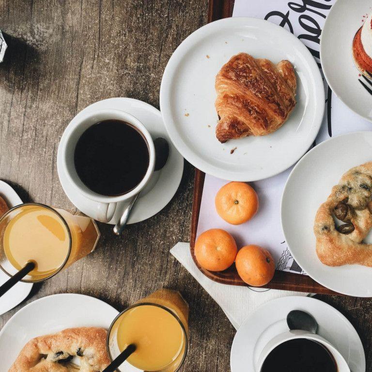 Frühstück mit Kaffee und Croissant
