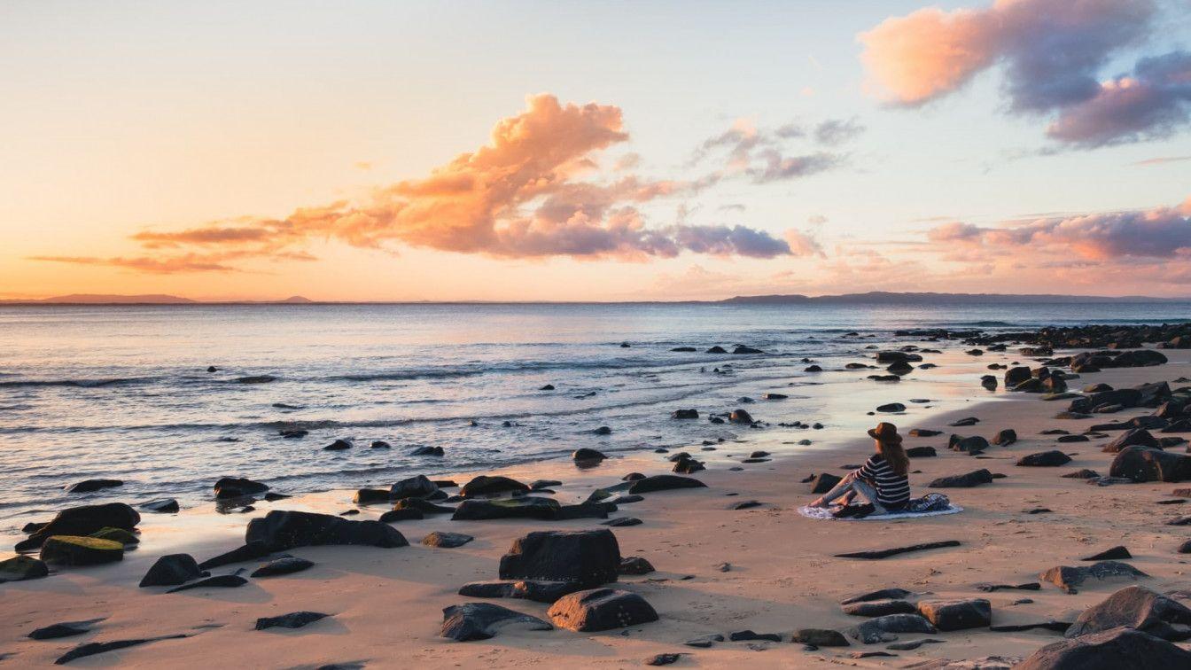 Frau am Strand während Sonnenuntergang