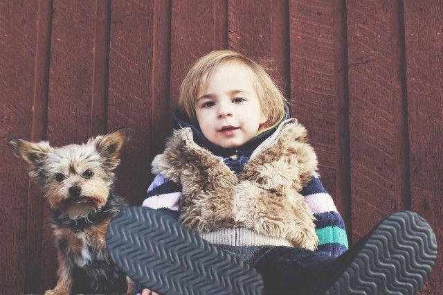 Hund und Kind im Partnerlook
