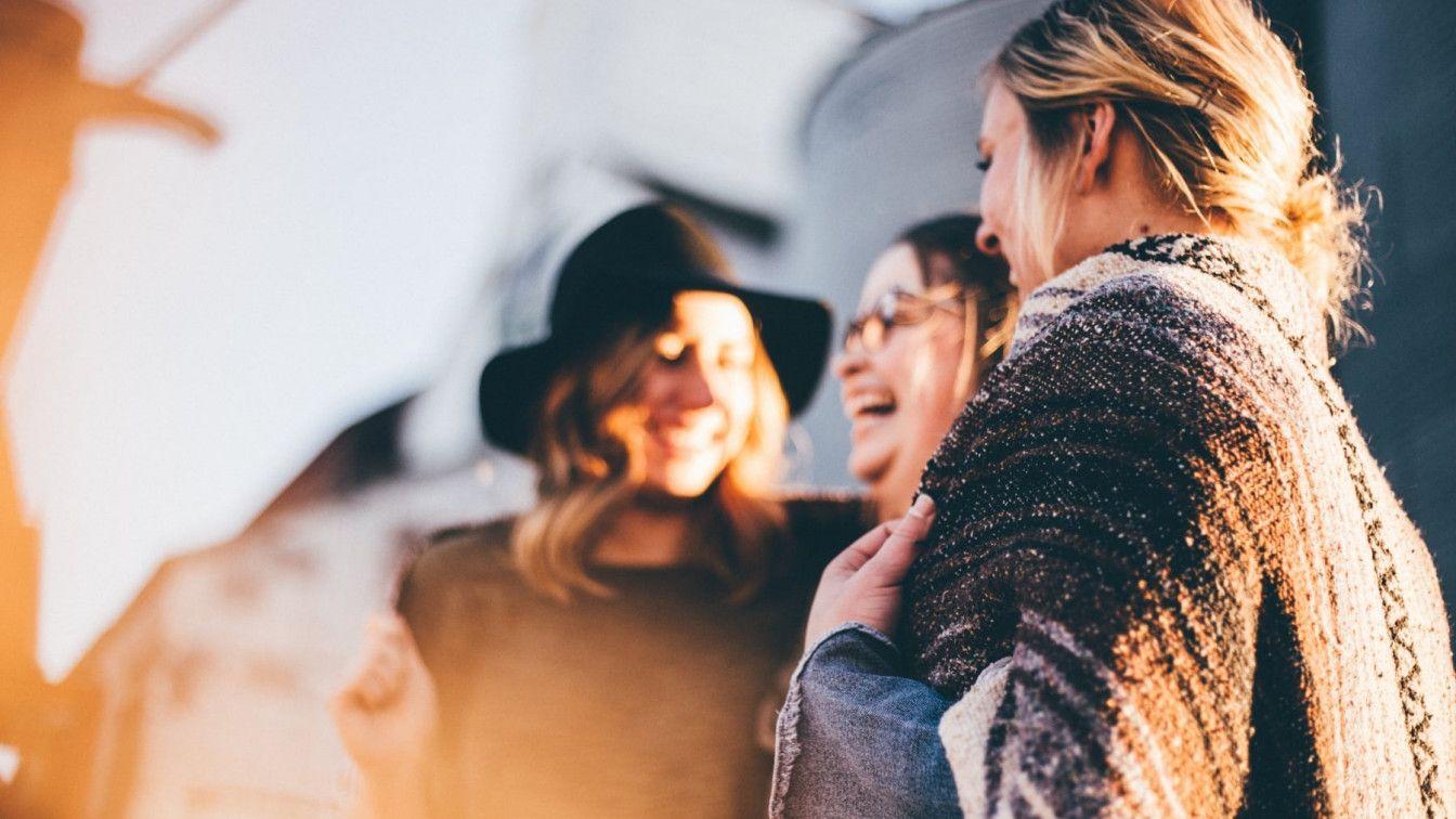 Drei Frauen lachend